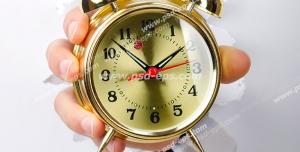 عکس با کیفیت تبلیغاتی ساعت زنگدار طلایی در دست