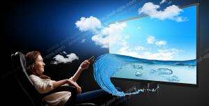 عکس با کیفیت تبلیغاتی زن نشسته روی صندلی در حال تغییر کانال تلویزیون که ابر ها و آب از آن بیرون آمده