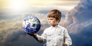 عکس با کیفیت تبلیغات کره زمین در دست پسر بچه کوچک