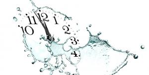 عکس با کیفیت تبلیغاتی ساعت بدون صفحه دلارای عقربه و اعداد که آب اطراف آن را گرفته است