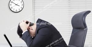 عکس با کیفیت تبلیغاتی مرد کلافه در مقابل سیستم
