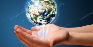 عکس با کیفیت تبلیغاتی کره زمین معلق روی دو دست و نور