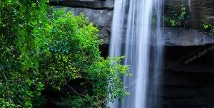 عکس با کیفیت تبلیغاتی آبشار در طبیعت سرسبز