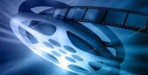 عکس با کیفیت تبلیغاتی رول فیلم یا نوار فیلم سینمایی که نور تابیده شده از روی آن بازتاب می شود