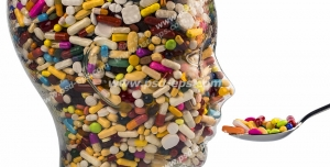 عکس با کیفیت تبلیغاتی دارو ها به شکل صورت انسان در حال خوردن یک قاشق پر قرص و کپسول