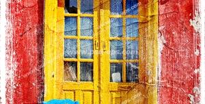 عکس با کیفیت تبلیغاتی در چوبی زیبا به رنگ زرد و دیوار قرمز