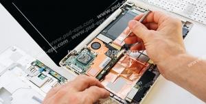 عکس با کیفیت تبلیغاتی مرد در حال تعمیر لپ تاپ