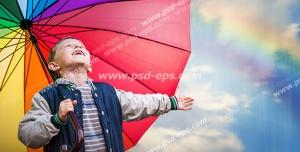 عکس با کیفیت کودکی با چتر رنگارنگ در آسمان بارانی و دارای رنگین کمان