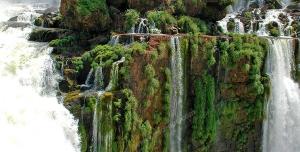 عکس با کیفیت تبلیغاتی آبشار جاری شده بر صخره ها