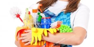 عکس با کیفیت تبلیغاتی زن نظافت چی و وسایل مورد نیاز برای نظافت در دست
