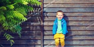 عکس با کیفیت مناسب تبلیغات آتلیه کودک با تصویر پسری در کنار کلبه چوبی و درخت