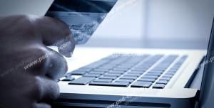عکس با کیفیت تبلیغاتی از مردی که در حال وارد کردن اطلاعاتی از روی کارت هوشمند به لپ تاپ می باشد