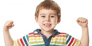عکس با کیفیت با موضوع سلامتی کودکان ، سلامتی دهان و دندان کودکان با تصویر پسر بچه با حالت نمایش بدن قوی