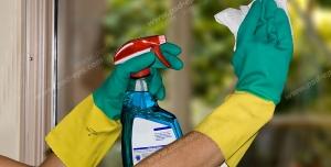 عکس با کیفیت تبلیغاتی تمیز کردن شیشه با مواد شیشه پاکن