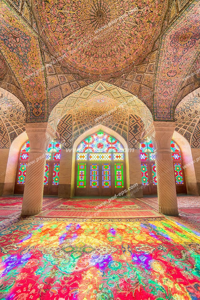 عکس با کیفیت تبلیغاتی نمای داخلی مسجد نصیرالملک شیراز با معماری بسیار زیبا و پنجره هایی با آینه کاری رنگارنگ و نور های رنگی که بعد از گشتن از پنجره روی فرش ها تابیده شده اند