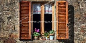 عکس با کیفیت تبلیغاتی پنجره ی چوبی زیبا روی دیوار سنگی تزئین شده با گلدان های سفالی زیبا