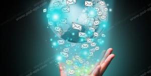 عکس با کیفیت تبلیغاتی کره زمین در دست شخص که پاکت های نامه اطراف آن را گرفته است