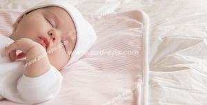 عکس با کیفیت تبلیغاتی کودک خوابیده روی تخت