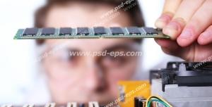 عکس با کیفیت تبلیغاتی مرد تعمیرکار در حال نمایش تراشه و برد الکترونیکی