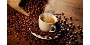 تصویر با کیفیت از یک فنجان قهوه به همراه دانه های قهوه