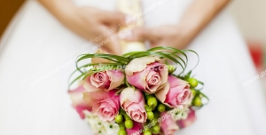 عکس با کیفیت تبلیغاتی دسته گل و قسمتی از لباس عروس