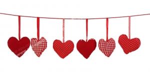 عکس با کیفیت تبلیغاتی قلب های کوچک آویز شده از بند