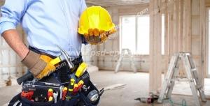 عکس با کیفیت تبلیغاتی ابزار آلات و کلاه ایمنی در دست تعمیر کار