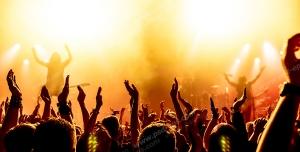 عکس با کیفیت تبلیغاتی افراد در حال شادی و خواننده در حال اجرا