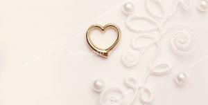 عکس با کیفیت تبلیغاتی قلب طلایی کوچک روی پارچه ای سفید