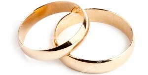 عکس با کیفیت تبلیغاتی دو حلقه طلایی ساده روی که هم قرار گرفته اند