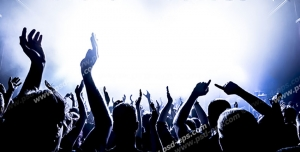 عکس با کیفیت تبلیغاتی افردا در حال شادی و خواندن با خواننده