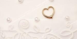 عکس با کیفیت تبلیغاتی قلب طلایی کوچک بر روی پارچه ی مروارید دوزی شده