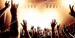 عکس با کیفیت تبلیغاتی مردم در کنسرت با دست های بالا آمده در حال شادی