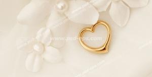 عکس با کیفیت تبلیغاتی قلب طلایی در کنار گل های پارچه ای