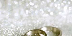 عکس با کیفیت تبلیغاتی دو حلقه طلا سفید روی پارچه نقره ای