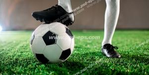 عکس با کیفیت تبلیغاتی توپ زیر پای بازیکن