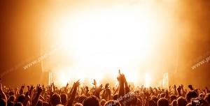 عکس با کیفیت تبلیغاتی اجتماع افراد در سالن کنسرت