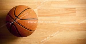 عکس با کیفیت تبلیغاتی توپ بسکتبال روی سطح پارکت
