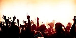 عکس با کیفیت تبلیغاتی کنسرت شاد و مردم در حال پایکوبی