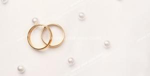 عکس با کیفیت تبلیغاتی دو حلقه طلا روی پارچه مروارید دوزی شده