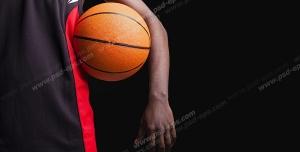 عکس با کیفیت تبلیغاتی توپ بسکتبال در دست بازیکن