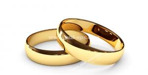 عکس با کیفیت تبلیغاتی دو حلقه طلا روی هم روی سطح سفید