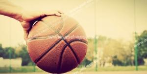 عکس با کیفیت تبلیغاتی توپ در دست بازیکن بسکتبال
