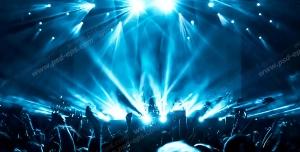 عکس با کیفیت تبلیغاتی مردم در حال پایکوبی زیر نور افکن و رقص نور های زیبا