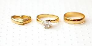 عکس با کیفیت تبلیغاتی سه مدل حلقه طلا زنانه کنار هم