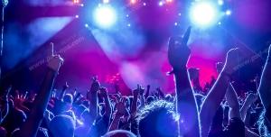عکس با کیفیت تبلیغاتی پایکوبی افراد در کنسرت و همخوانی با خواننده