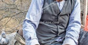 عکس با کیفیت تبلیغاتی لبخند بر لب پیرمرد
