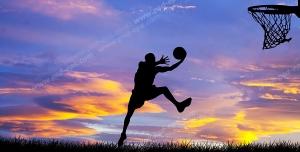 عکس با کیفیت تبلیغاتی بسکتبالیست در حال تمرین در غروب