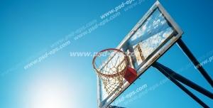 عکس با کیفیت تبلیغاتی تور بسکبال از نمای پایین با پس زمینه آسمان