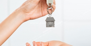 عکس با کیفیت تبلیغاتی تحویل کلید خانه به صاحبخانه